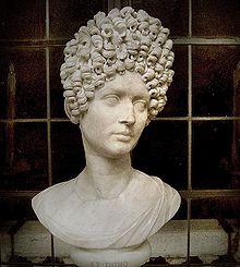 Woehaa! Een gigantisch dameskapsel van de elite uit de Flavische periode! (Capitolijns Museum)