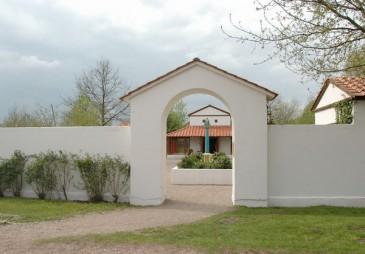 Het hoofdgebouw van het Gallo-Romeins tempelcomplex in Archeon is gebaseerd op de tempel van Cuijk.