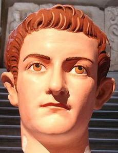 Van deze marmeren buste van Caligula zijn de kleuren hersteld. De opvallende gelaatstrekken geven een sterk beeld van zijn vermoedelijke uiterlijk.