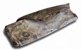 Voorbeeld van een opgerold vervloekingstablet.