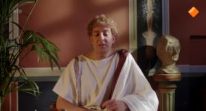 Alex Klaasen in Welkom bij de Romeinen als een stotterende, sullige keizer Claudius, die veel intelligenter is dan hij lijkt. (Foto:NTR)