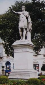 Standbeeld van Antoninus Pius in Nîmes, waar zijn voorouders vandaan kwamen.