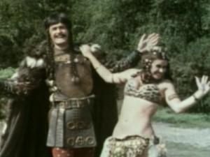 """Attila is tot op de dag van vandaag berucht om zijn oorlogszucht en wreedheid. Reden voor Monty Python om het anders te doen met de """"Attila the Hun Show"""", als parodie op lievige Amerikaanse sitcoms."""