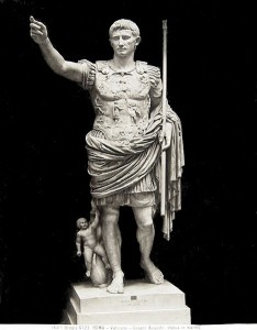 Imperator Caesar Divi Filius Augustus heette oorspronkelijk Gaius Octavius.