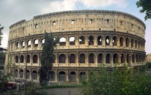 Het Flavisch Amfitheater of Colosseum, door Vespasianus en Titus gebouwd op de plek waar Nero's Domus Aurea stond.