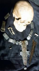 Bij Velsen aangetroffen schedel en riem met dolkschede.