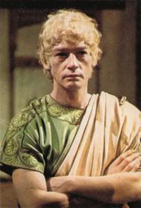 John Hurt speelt een sinistere Caligula in de de tv-serie I, Claudius (1976) waarin de wrede keizer onder meer travestie bedrijft.