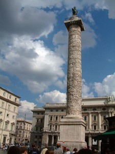 De Zuil van Marcus Aurelius op de Piazza Colonna in Rome, ter ere van zijn overwinningen bij de Donau. De zuil is duidelijk geïnspireerd door die van Trajanus. Zoals daar sinds 1588 Sint-Peturs bovenop staat, is Marcus Aurelius op zijn zuil vervangen door Sint-Paulus.
