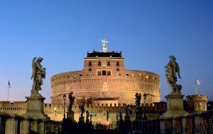 De Engelenburcht in Rome, oorspronkelijk het mausoleum waar de as van Hadrianus, Antoninus Pius en Marcus Aurelius werden bijgezet. De urnen gingen verloren in 410, toen de Visigoten de stad plunderden.