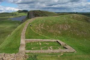 Resten van de Muur van Hadrianus. Er zijn vooral funderingen overgebleven, zowel door de tand des tijds als door gebruik van de stenen in andere bouwprojecten.
