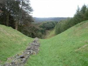 Wat er nog over is van de Antonijnse Muur in Schotland, is nauwelijks als muur te herkennen. Alleen de fundering was van steen.