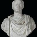 Vespasianus en zijn zoon Titus droegen in feite dezelfde namen, zoals gebruikelijk was voor een vader en oudste zoon. (Hierboven Titus, links bovenaan Vespasianus)