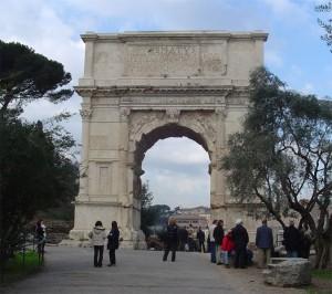 De boog van Titus, vlakbij het Forum Romanum, rond 82 v. Chr. opgericht door Domitianus ter ere van zijn broer.