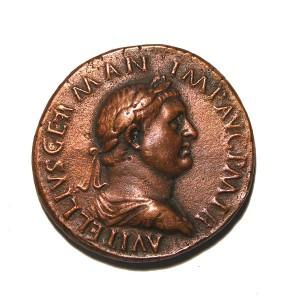 Koperen as met Vitellius' beeltenis, ook hier weer met onderkin.