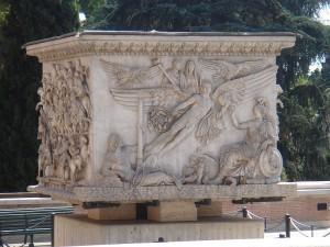 Het voetstuk van de zuil van Antoninus Pius is in de 18e eeuw teruggevonden. Op het reliëf worden Antoninus en zijn vrouw Faustina onder de goden opgenomen.