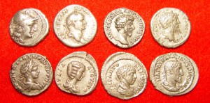 8 denariën van 157 v. Chr. t/m 236 na Chr. De laatste is van Maximinus Thrax. Het zilvergehalte van de munt was tegen die tijd drastisch gedaald en zou nog verder dalen.