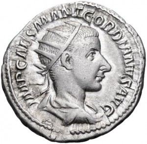 Antoninianus (zilveren munt ter waarde van 2 denariën) van keizer Gordianus III. Hij draagt geen lauwerkrans maar de in de 3e eeuw ook populaire zonnekroon.