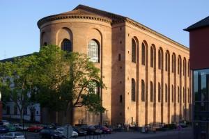 De Basilica van Constantijn in Trier. Oorspronkelijk heette het de Aula Palatina en was het de troonzaal van Constantijn. Het was bepleisterd en met mozaïeken versierd. Nadat de ruïne in de middeleeuwen herbouwd werd als burcht is het nu een kerkgebouw.