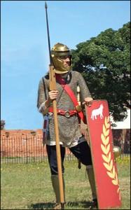 Onder Caracalla militariseert het Romeinse rijk nog verder. De uitrustingen zijn ook wat veranderd: lange mouwen aan tuniek en maliënkolder, beenkappen en een meer dekkende helm. (Bron: comitatus.net)