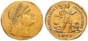 Een solidus met de beeltenis van Constantijn. Kenmerkend voor zijn tijd zijn de opvallend grote ogen en het met parels bezette diadeem waar de keizers mee worden afgebeeld.