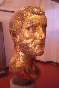 Keizer Claudius Gothicus wist van aanpakken en heroverde veel land op het Gallische rijk. Mogelijk was hij betrokken bij de moord op Gallienus...