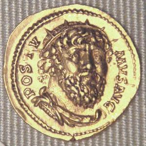 Een opvallend fraaie aureus met Postumus' beeltenis niet van opzij maar en profil. Postumus' munten waren in eerste instantie van vrij hoge kwaliteit.