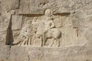 Keizer Valerianus geeft zich over aan koning Shapur van Perzië, op het reliëf van Naqsh-e Rostam.