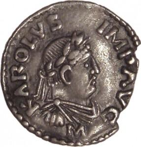 Een goed voorbeeld van translatio imperii: Karel de Grote op een munt uit 814 afgebeeld op een manier die aan een Romeinse keizer doet denken, compleet met lauwerkrans en de afkortingen voor Imperator Augustus.