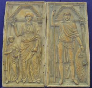"""Stilicho afgebeeld op een tweeluik met zijn vrouw en kind. Vanwege de afkomst van zijn vader wordt hij vaak """"de Vandaal Stilicho"""" genoemd, ondanks dat hij zichzelf waarschijnlijk als Romein beschouwde."""