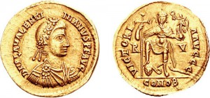 Een solidus van Valentinianus III. Hij is nogal veroordeeld als een verwend kereltje dat amper in staat was te regeren en makkelijk onder invloed van anderen viel. Dat laatste werd zijn ondergang.