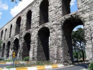 Het Aquaduct van Valens in Istanboel (destijds de Oost-Romeinse hoofdstad Constantinopel).