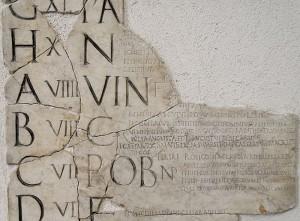 Fragment van de Fasti Praenestini. De opeenvolgende letters geven de dagen van de marktweek aan.