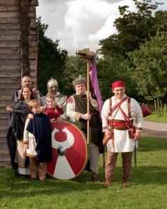 Kenmerkend voor Romeinse kleding in deze tijd zijn de lange, rijkelijk versierde tunica's, de mantels en de Dacische mutsen. Tot afschuw van de elite kwam de broek ook steeds meer in de mode. Het leger werd uitgerust met een Dacisch drakenvaandel.