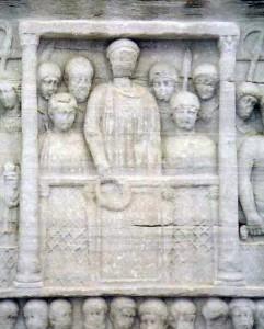 Reliëf aan de voet van de obelisk van Theodosius, in het hippodroom van Constantinopel waarop de keizer de eventuele winnaar een krans aanbiedt. De Olympische Spelen spaarde hij echter niet.