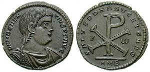 Munt van Magnentius, met op de keerzijde het Chi-Rho-symbool. Ondanks zijn heidens geloof wist hij veel westelijke christenen voor zich te winnen.