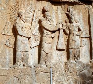 Shapur II staat met de Perzische goden Mitra en Ahura Mazda op de gevallen Julianus. De veldtocht tegen de Sassaniden werd zijn ondergang.