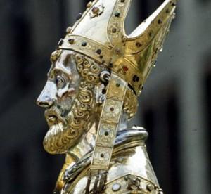 De uit Armenië afkomstige Sint-Servatius, de eerste bisschop actief op Nederlandse bodem, zou volgens de overlevering de eerste bisschop van Maastricht zijn geweest. Hij zou zijn gestorven in de stad, die nog altijd relieken van hem bevat. (De mijter op de buste is anachronistisch.)