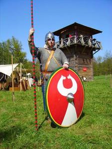 Romeinse soldaten in de 4e eeuw worden gekenmerkt door hun ronde schilden en opvallend dekkende pantsers. Het beroemde platenharnas heeft dan allang afgedaan.