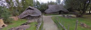 IJzertijdboerderijen in Museumpark Archeon, zoals enkele eeuwen voor Christus in Friesland stonden. Hoewel dit kleine hutjes lijken leefden veel Germanen in grotere huizen.