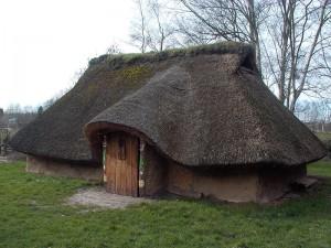 Reconstructie van een Menapische boerderij in Destelbergen. Ambiorix zal als stamhoofd of koning in een aanzienlijk groter huis gewoond hebben. Van luxe villa's of paleizen was nog geen sprake.