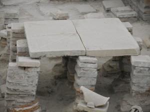 Een holle vloer voor het hypocaustum hoort bij elk badhuis, dus ook bij dit thermencomplex uit de stad Viminacium in Servië.