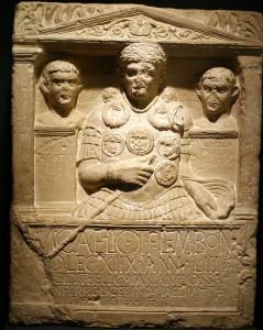 """Gedenksteen van centurio Marcus Caelius, """"gevallen in de Varusslag"""". Het monument is later op de vermoedelijke plek opgericht door zijn broer."""