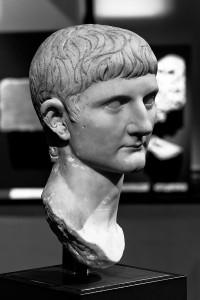 Germanicus, die oorspronkelijk Nero Claudius Drusus heette, noemde zich na adoptie door Tiberius Germanicus Iulius Caesar.