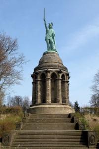 """Het Hermannsdenkmal, gebouwd tussen 1838 en 1875 op de plek waar men ten onrechte de Varusslag aan toeschreef. Het nationalisme vereiste dat Arminius """"Hermann"""" genoemd werd, om zo Duitser te klinken. Het uiterlijk van het 24 meter hoge beeld is verzonnen."""