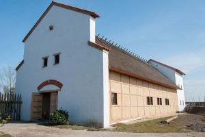 Gallo-Romeinse villa's en hoeves hoefden tussen 70 en 250 AD nauwelijks beveiligd te worden. (Deze Villa van Rijswijk-de Bult, nagebouwd als het Archeologiehuis in Alphen a/d Rijn, dateert uit de 3e eeuw.)