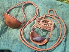 De in de Oudheid gebruikte slingers konden, mits goed gehanteerd, gevaarlijker zijn dan pijl en boog. (Denk maar aan David en Goliath.)