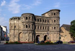 Trier was in de 1e eeuw (als Augusta Treverorum) de hoofdstad van de Treveri. Vanaf eind 3e eeuw zou de stad een keizerlijke regeringszetel zijn. De beroemde Porta Nigra werd tussen 160 en 180 na Chr. gebouwd.