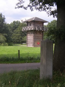 Hoewel slechts door een paar man bezet waren de wachttorens, zoals hier nagebouwd bij Vechten, cruciaal in het bewaken van de Rijngrens en de limesweg.