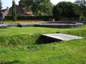 Gereconstrueerde fundering van het castellum Aardenburg in Zeeuws-Vlaanderen, het zuidelijkste kustfort in Nederland.