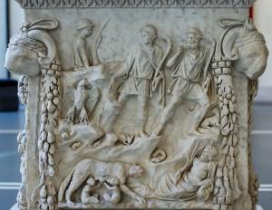 Altaar uit Ostia waarop de herders (herkenbaar aan hun staf) Romulus en Remus bij de wolvin ontdekken. Tiberinus kijkt toe.